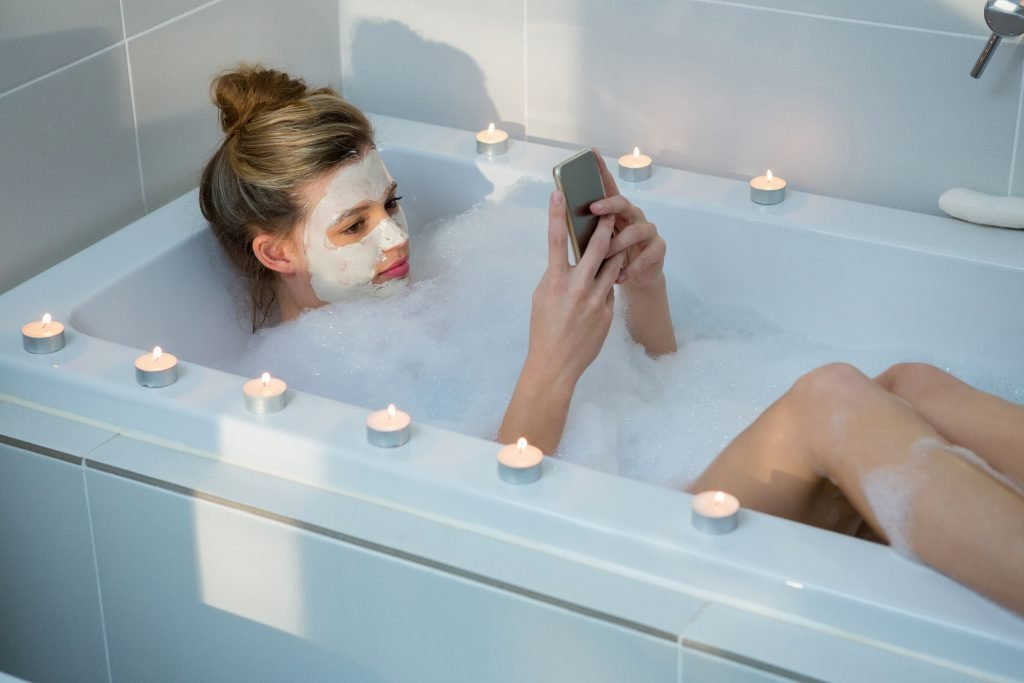 15-Year-old girl by Iphone-use in the bath, is killed in an accident